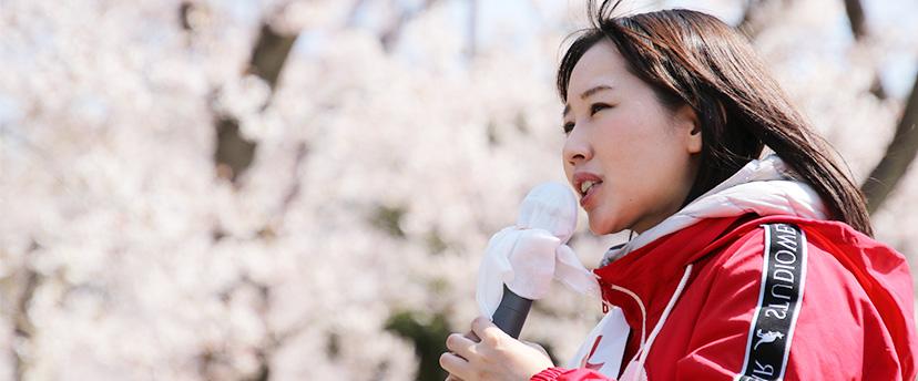 桜の木の下で演説する水野ゆうき