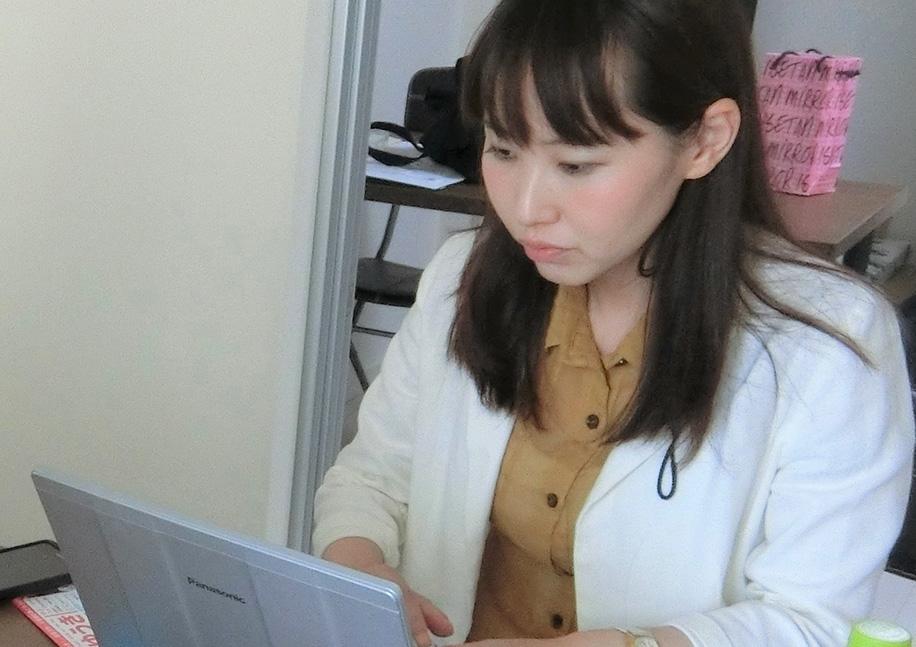 我孫子の自宅でブログを更新する水野ゆうき千葉県議会議員